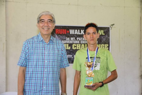 Jeson Agravante with mayor Jose L. Montelibano Photo by Aldwin Dalpatan, 2011 champion Mt. Patag Eco Adventure Challenge