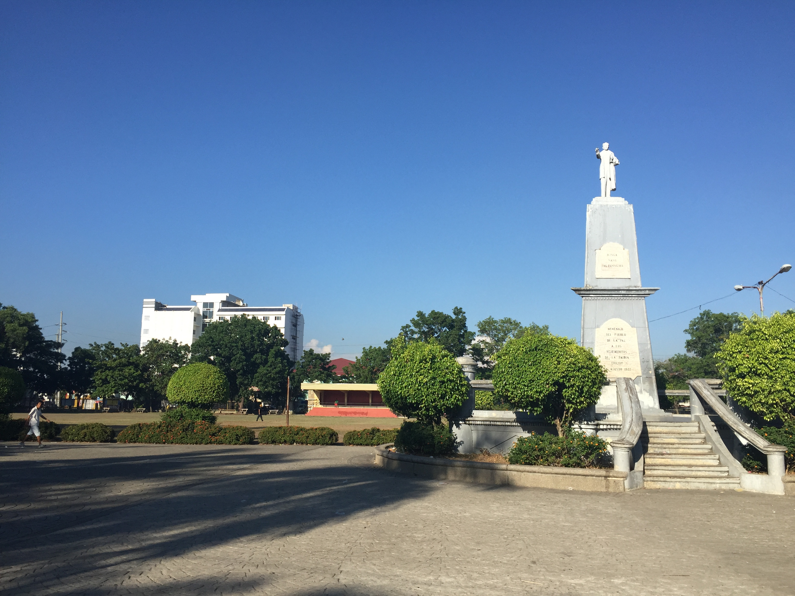 What's a plaza without Dr. Jose Rizal statue. I was seeing a few people doing rounds of their morning jog / walk in this place.